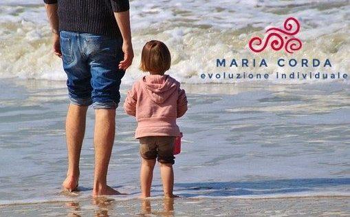 bambina con padre al mare