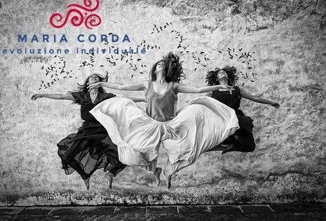 donne che saltano in bianco e nero davanti a una muro