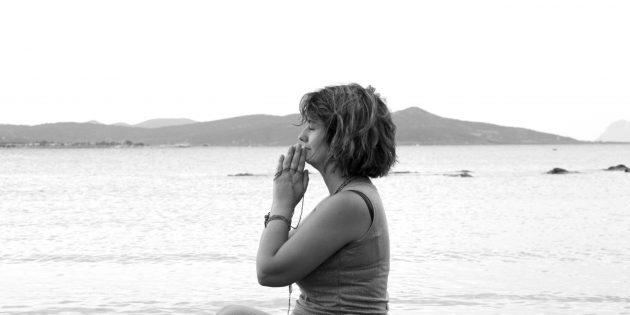maria corda in spiaggia a mani giunte