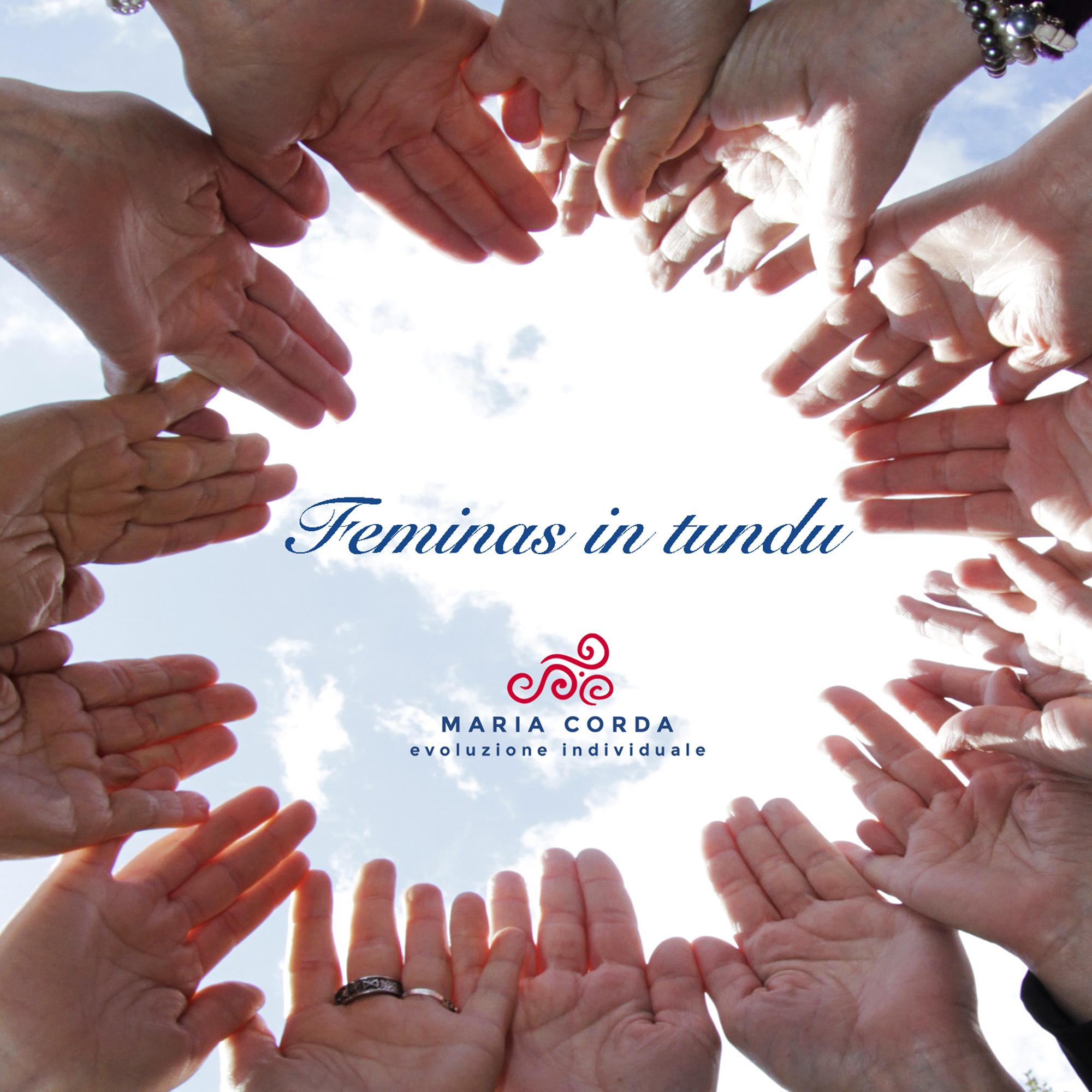mani aperte verso il cielo per il percorso feminas in tundu