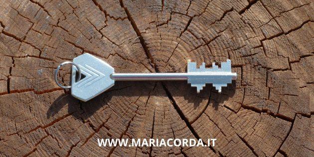 chiave su un tronco e scritta www.mariacorda.it